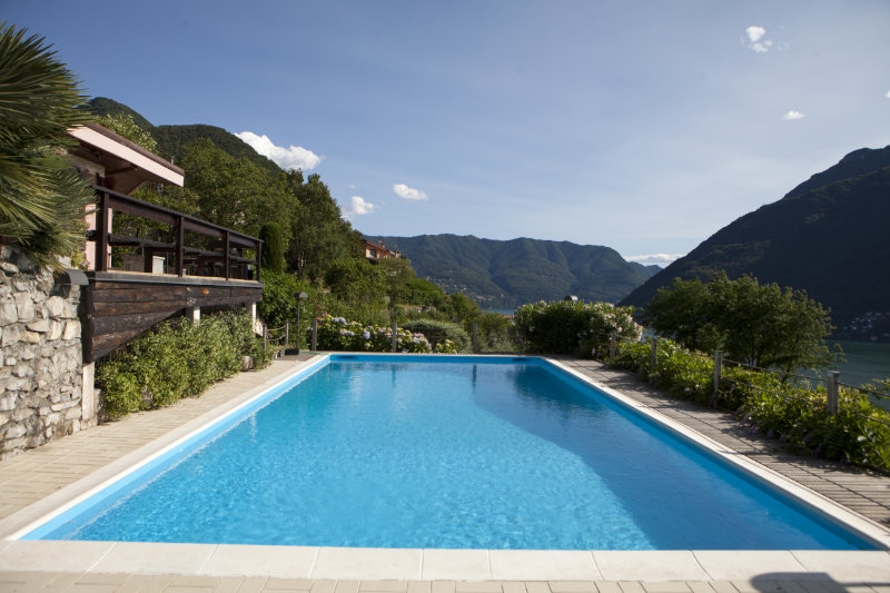 Un rev tement de piscine pour en assurer l 39 tanch it - Revetement ideal pourtour de piscine ...